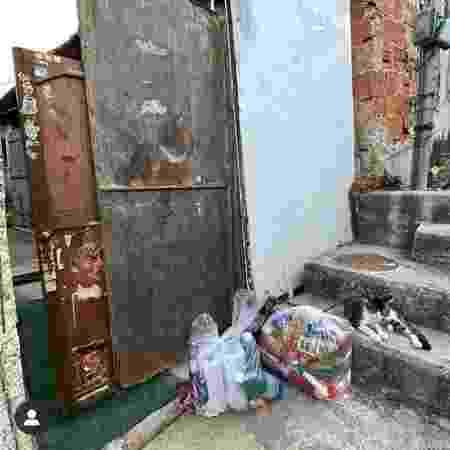 Cesta deixada em porta de residência em comunidade - Neila Marinho/Gabinete de Crise do Alemão