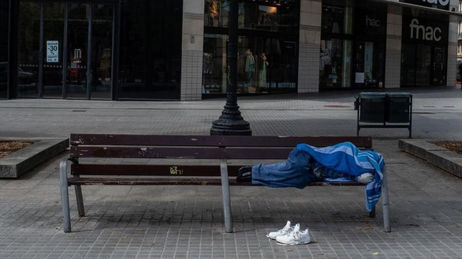 Pessoa em situação de rua em meio à pandemia do coronavírus - David Ramos/Getty Images