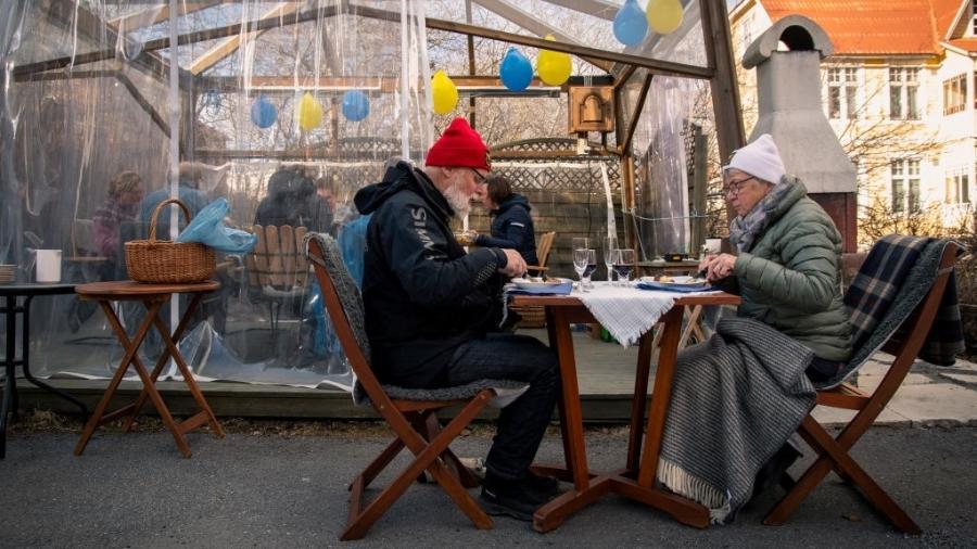 18.abr.2020 - Casal de idosos almoça longe da família para evitar contaminação em restaurante de Ostersund, na Suécia - David Lidstrom/Getty Images