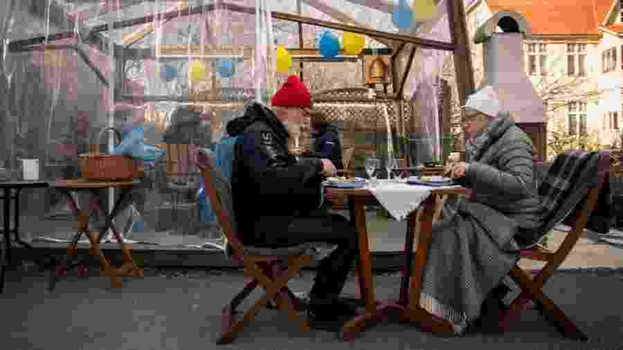 Casal de idosos almoça longe da família para evitar contaminação em restaurante de Ostersund, na Suécia - David Lidstrom/Getty Images