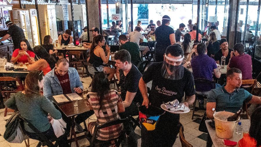 Movimentação de clientes no Seu Domingos, bar localizado na esquina das ruas Aspicuelta e Fidalga, na Vila Madalena (SP) - Daniel Teixeira/Estadão Conteúdo