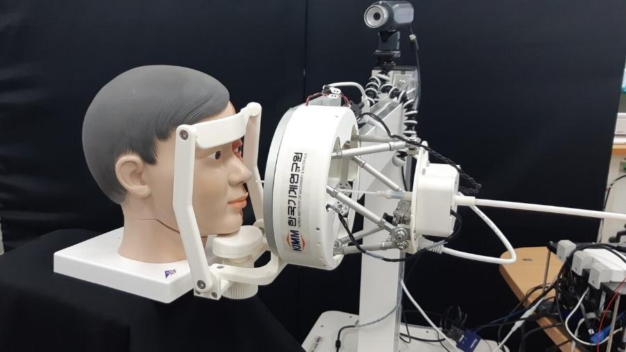 Em demonstração, robô controlado por operador se prepara para inserir um swab - Divulgação/ Korea Institute of Machinery & Materials (KIMM)