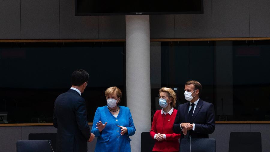 18.jul.2020 - O primeiro-ministro holandês, Mark Rutte, conversa com a chanceler alemã Angela Merkel, a presidente da Comissão Europeia Ursula von der Leyen e o presidente da França Emmanuel Macron - Francisco Seco/Pool/AFP