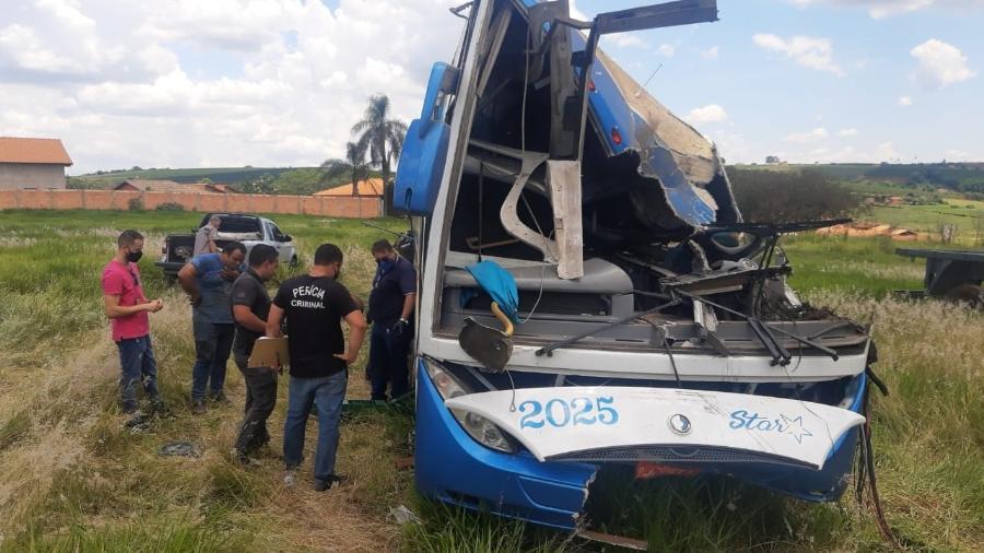 Acidente em Taguaí: perícia no ônibus, em Fartura (SP) - Henrique Outeiro/UOL