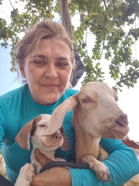 O bode Mário Márcio e Mary Ferreira, idealizadora do Instituto Animal Esperança; ele tem se dado bem com os outros animais da ONG - Divulgação