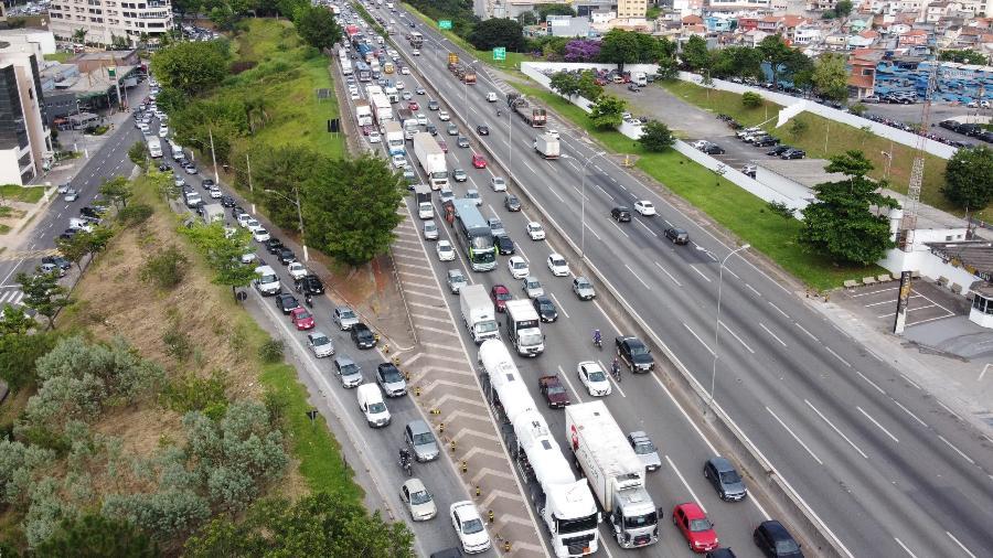 Caminhoneiros fazem protesto ontem (1º) na Rodovia Castello Branco, em SP; tentativa de bloqueio na Bahia fracassou  - Ronaldo Silva/Estadão Conteúdo