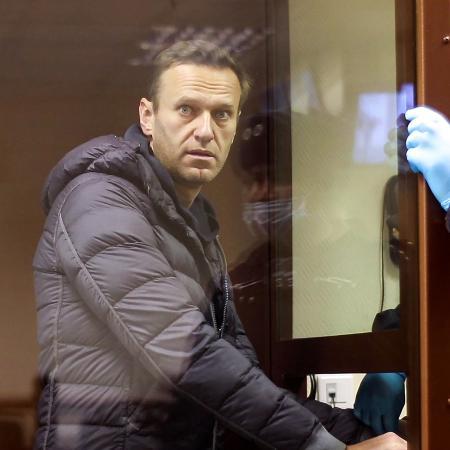 """Arquivo - Aliados e familiares exigem que Navalny (foto) seja transferido para um hospital e lembram que ele sobreviveu a um envenenamento no ano passado que o deixou em coma. - AFP/ Moscow""""s Babushkinsky district court press service / handout"""