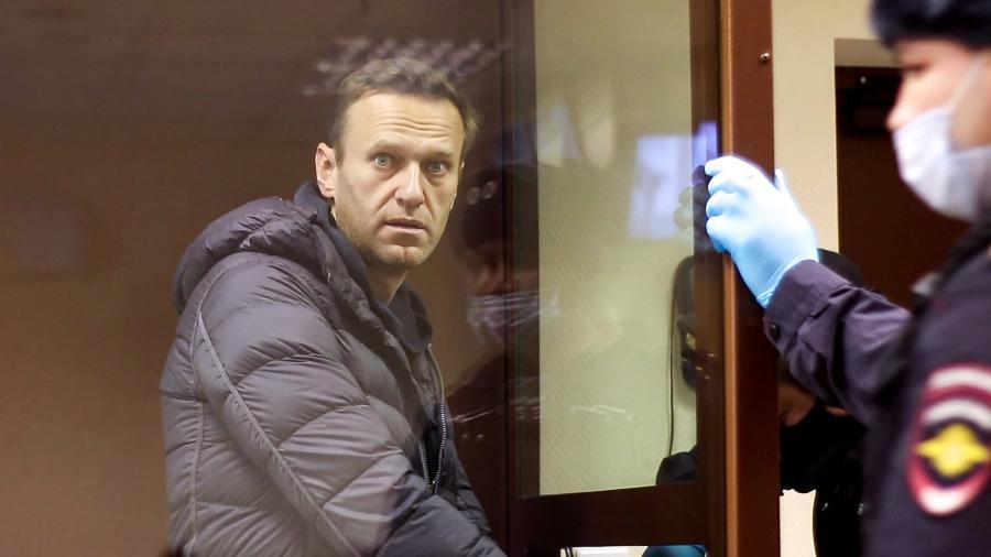"""5.fev.2021 - O opositor russo Alexei Navalny numa cela de vidro reservada durante julgamento em Moscou - AFP/ Moscow""""s Babushkinsky district court press service / handout"""