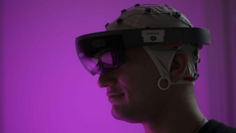 Homem usa sensor que capta a atividade elétrica produzida pelo cérebro - Reprodução/ Facebook/ OpenBCI