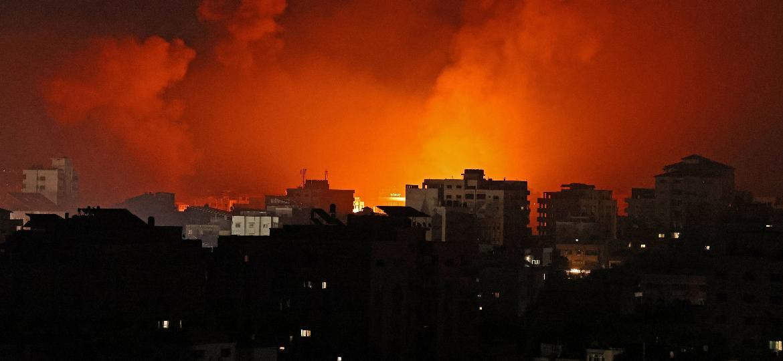 16.mai.2021 - Imagem mostra incêndio após ataques aéreos de Israel contra alvos na Faixa de Gaza, controlada pelo Hamas - Mohammed Abed/AFP
