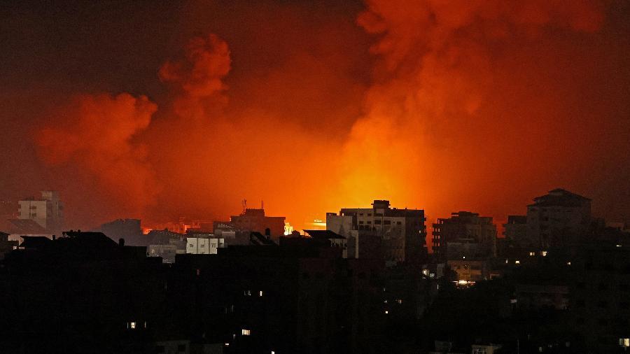 Imagem mostra incêndio após ataques de Israel contra alvos na Faixa de Gaza, controlada pelo Hamas - Mohammed Abed/AFP