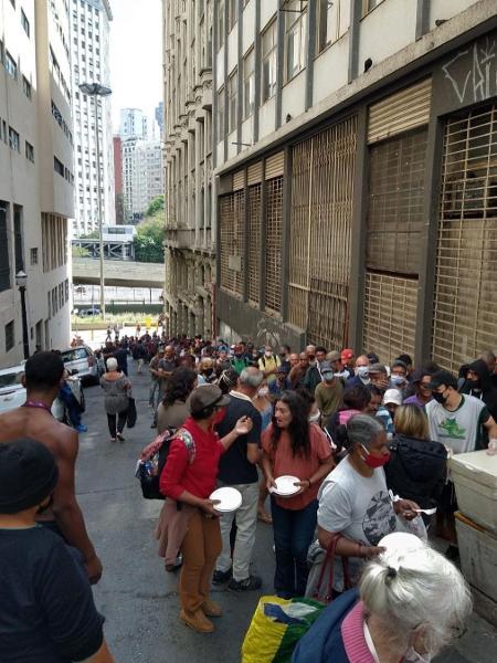 Fila para receber marmitas na sede do Movimento Estadual da População em Situação de Rua de São Paulo - Reprodução/Instagram @movimentoestadualdapopderua