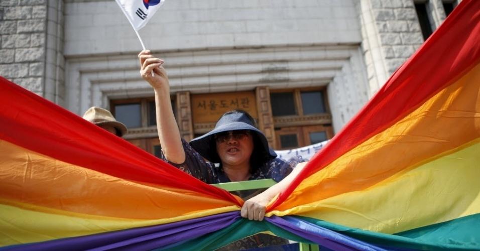 28.jun.2015 - Religiosa agarra bandeira enquanto protestava contra a homossexualidade durante a Parada Gay de Seul, na Coreia do Sul