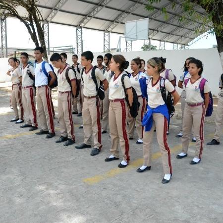 Alunos perfilados durante atividade escolar na Escola Militar Tiradentes, em Maceió - Beto Macário/UOL