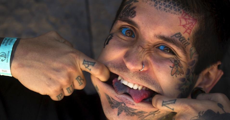 27.set.2015 - O colombiano Damian Erazo, 30, mostra a modificação feita em sua língua e suas muitas tatuagens durante convenção de tatuagem em Quito, no Equador