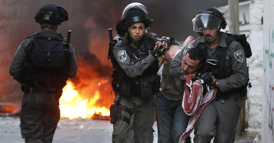 5.out.2015 - Integrantes de forças de segurança israelenses detêm um palestino durante confrontos em Jerusalém Oriental. Jerusalém e a Cisjordânia têm vivido uma escalada de violência nas ruas após o assassinato de quatro israelenses por palestinos e a morte de dois jovens palestinos por tropas de Israel