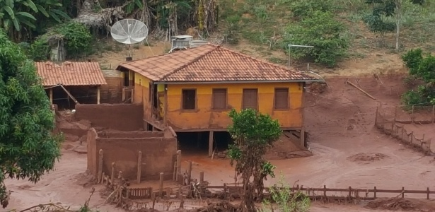 Propriedade rural tomada pelo rejeito de minério de ferro, no distrito de Paracatu de Cima, em Mariana (MG)