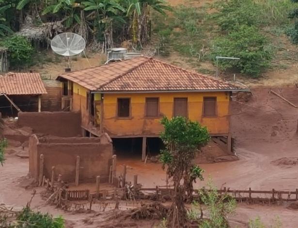 Propriedade rural arrasada pela lama no distrito de Paracatu de Baixo, em Mariana (MG)