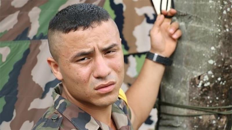 """8.jan.2015 - A Legião Estrangeira tem 7.800 homens de 150 nacionalidades. Kristian, um legionário venezuelano, conta que seu salário base é de 1.600 euros, mas quando está em campo ganha 30 euros extras por dia. """"No final, se pode ganhar 2.400 euros por mês"""", diz"""