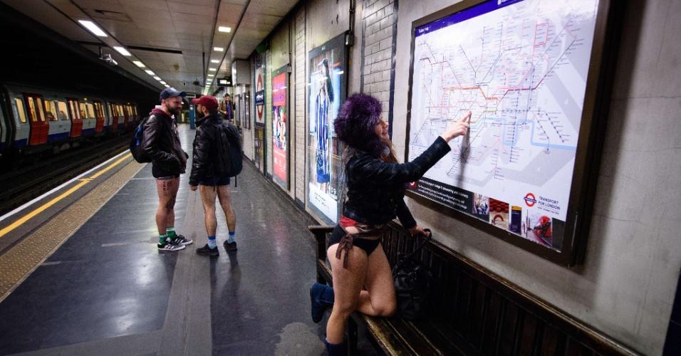 """10.jan.2016 - Participantes do """"Sem calças no metrô"""" aguardam trem em Londres, no Reino Unido"""