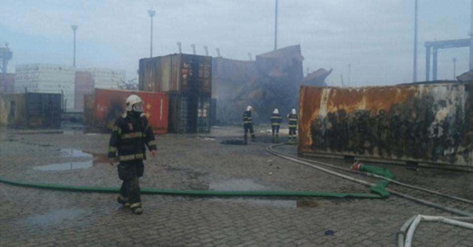 16.jan.2016 - Corpo de Bombeiros informou que o fogo no terminal portuário no Guarujá (SP) foi apagado