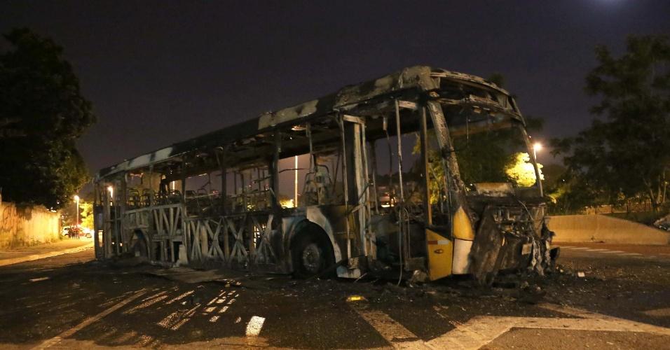 31.jan.2016 - SP - Um ônibus foi incendiado na noite de sábado (30), na zona leste de São Paulo (SP)