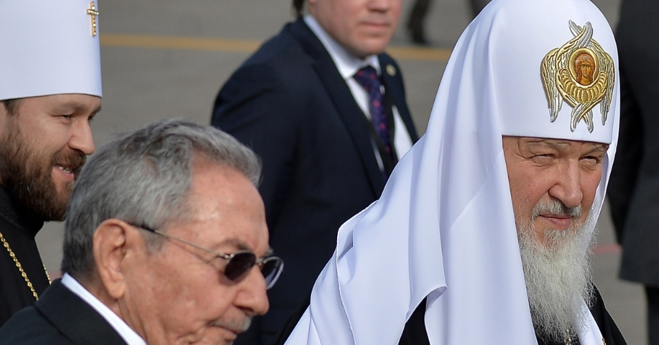 11.jan.2016 - O presidente de Cuba, Raúl Castro (esq), recebe o patriarca da russo Kirill em Havana