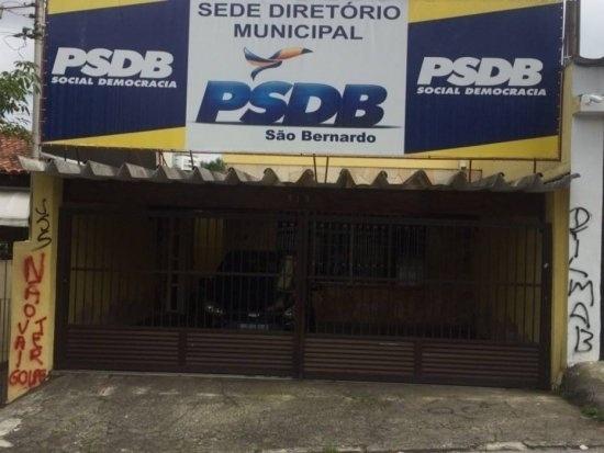 17.mar.2016 - A sede do diretório municipal do PSDB de São Bernardo do Campo (SP) amanheceu pichada com a frase