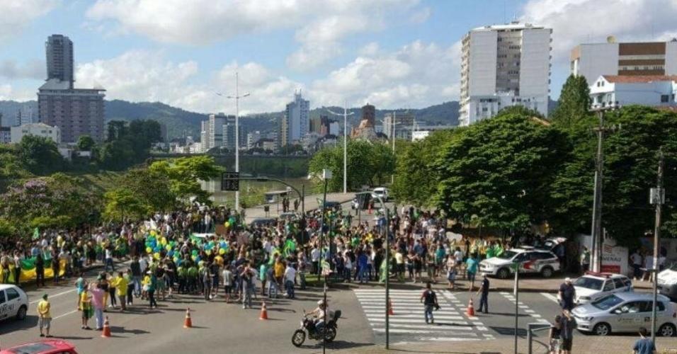 18.mar.2016 - Blumenau (SC) recebe protesto contra o governo da presidente Dilma na manhã desta sexta. A imagem foi enviada pelo internauta Anderson Souza para o WhatsApp do UOL Notícias (11) 95520 5752