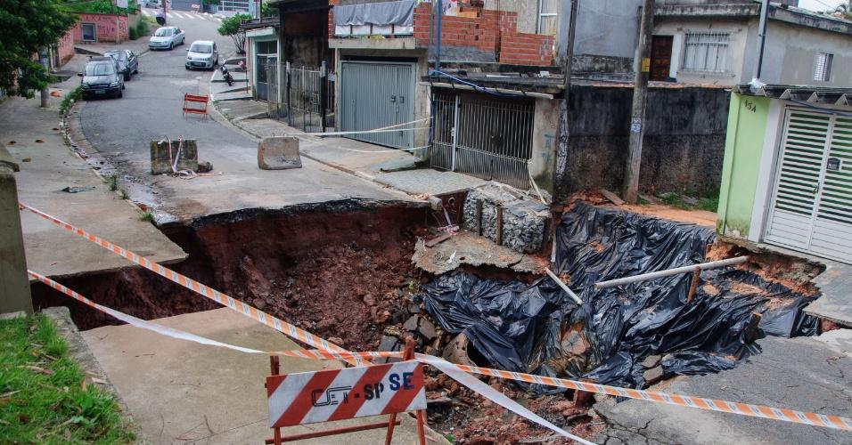 18.mar.2016 - Uma cratera se abriu na rua David de Melo Lopes, em Sapopemba, zona leste de São Paulo. O buraco foi causado pelas chuvas que atingiram a cidade nas últimas semanas. Ao menos uma residência está interditada