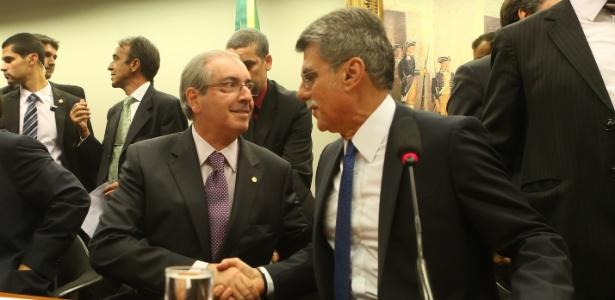 Romero Jucá (à direita) cumprimenta Eduardo Cunha