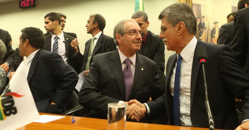 29.mar.2016 - Eduardo Cunha, presidente da Câmara dos Deputados, cumprimenta Romero Jucá, que presidiu a reunião do diretório nacional do PMDB que deliberou o desembarque da legenda do governo Dilma Rousseff