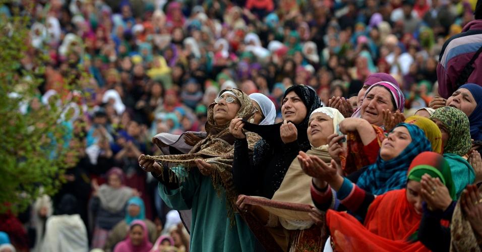 2.abr.2016 - Fiéis muçulmanas pedem benção de sacerdote que exibe a relíquia que se acredita ser um pelo da barba do profeta Maomé, durante as orações pelo aniversário da morte de Abu Bakr Siddiq, primeiro califa do Islã, no templo de Hazratbal, em Srinagar (Caxemira indiana)