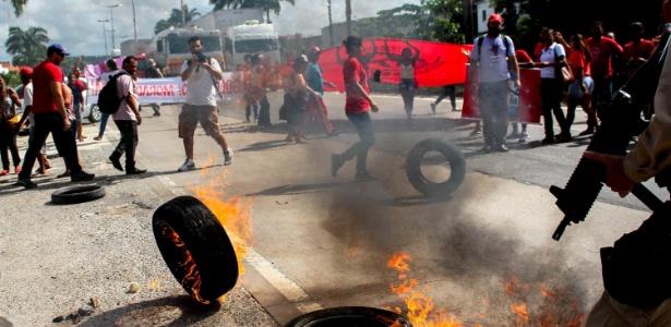 Integrantes de movimentos sociais interditam trecho de rodovia no Recife no dia 28