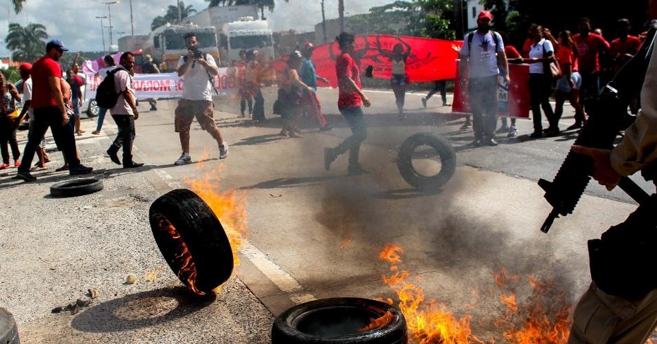 28.abr.2016 - Manifestantes da Frente Povo Sem Medo, composta por dezenas de movimentos sociais encabeçados pelo Movimento dos Trabalhadores Sem Teto (MTST), interdita um trecho do quilômetro 65 da BR-101, próximo ao viaduto da Caxangá, zona oeste do Recife (PE). O grupo protesta contra o impeachment da presidente Dilma Rousseff e pede a manutenção de programas sociais