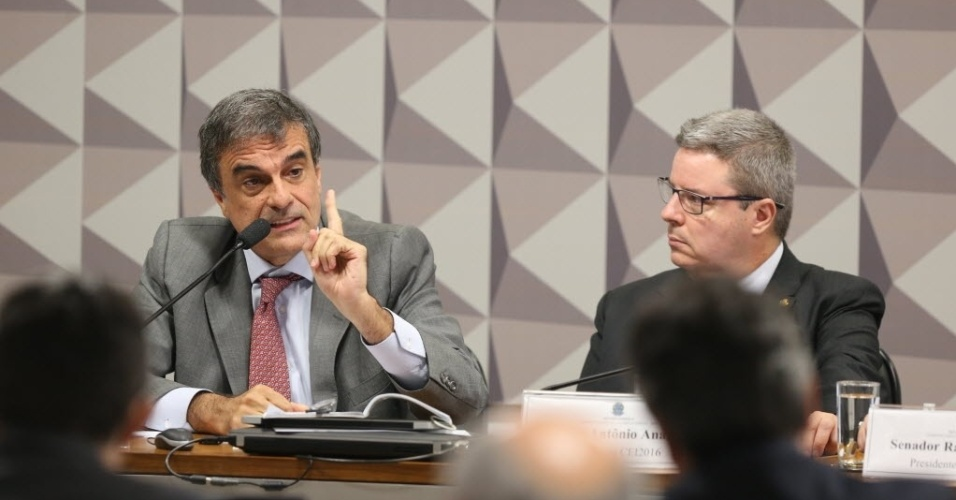 """29.abr.2016 - O advogado-geral da União, José Eduardo Cardozo (à esq.), disse que vai apresentar uma defesa  """"massuda"""", a favor de Dilma na comissão especial de impeachment. Ao lado, o relator da comissão, o senador Antonio Anastasia (PSDB-MG), observa a argumentação"""