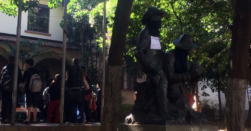 2.mai.2016 - Alunos da Escola Estadual Fernão Dias fazem assembleia para decidir se vão manter a ocupação da escola