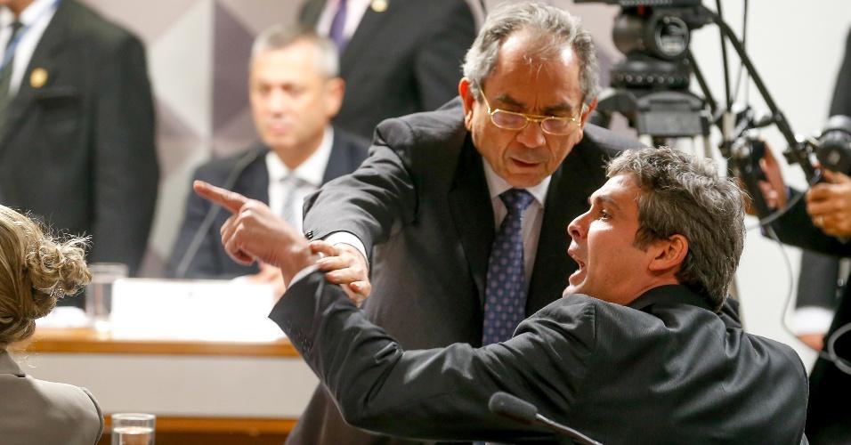 2.mai.2016 - O Lindberg Farias (PT-RJ) é contido pelo presidente da comissão especial de impeachment do Senado, Raimundo Lira (PMDB-PB), durante sessão. Farias e Ronaldo Caiado (DEM-GO) trocaram acusações e a sessão precisou ser interrompida por alguns minutos