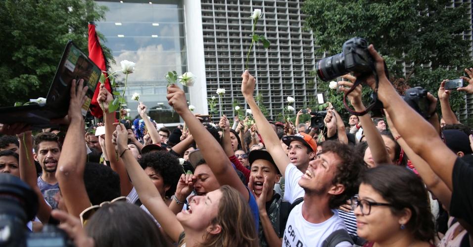 6.mai.2016 - Estudantes deixam a Alesp em cumprimento da reintegração de posse do prédio; eles estavam lá desde o dia 3 e protestavam pela instauração da CPI da merenda. Sairam com flores nas mãos e ao som de uma batucada de bateria