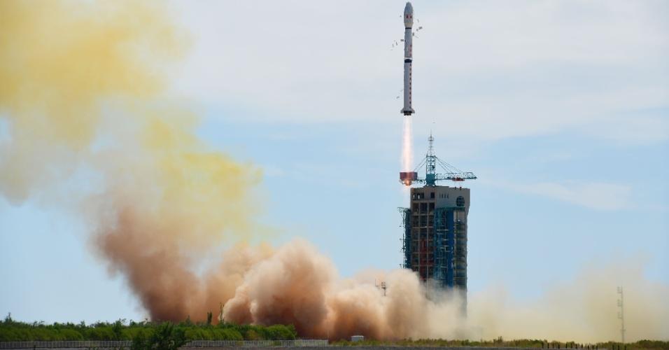 29.jun.2016 - Foguete é lançado do Centro de Lançamento de Satélites de Jiuquan, cidade localizada no noroeste da China. O foguete transporta o segundo satélite da série Shijian-16. O lançamento foi considerado um sucesso