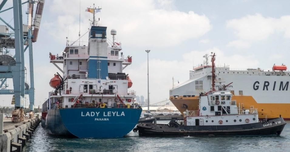 """3.jul.2016 - Um navio vindo da Turquia carregado com ajuda humanitária para Gaza chegou neste domingo a Israel, uma semana após os dois países decidirem normalizar suas relações. As conversas entre os dois países haviam sido abaladas pelo ataque do exército israelense a uma flotilha humanitária turca há seis anos. O navio """"Lady Leyla"""" atracou no porto de Ashdod carregado com 11 mil toneladas de suprimentos, alimentos e brinquedos"""