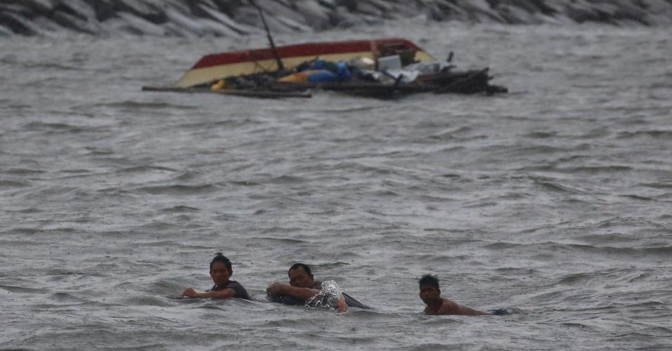 8.jul.2016 - Pescadores ficam à deriva e nadam em direção à costa após o barco em que estavam virar, na baía de Manila (Filipinas), por conta dos fortes ventos provocados pelo tufão Nepartak. Os países do sudeste asiático se encontram em alerta por causa da passagem do tufão pela região