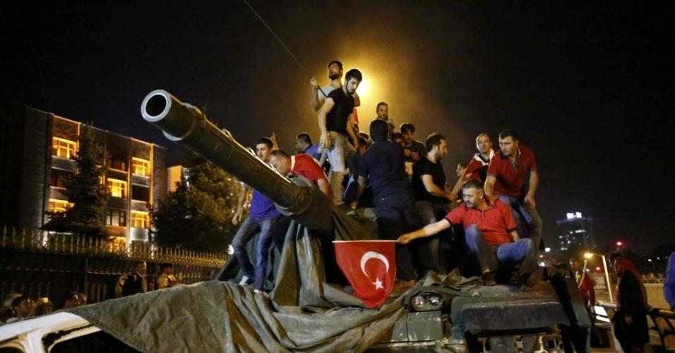 15.jul.2016 - Manifestantes sobem em tanque de guerra em Ancara, na Turquia, durante tentativa de golpe militar no país. No começo da noite, tanques e caminhões militares fecharam as principais pontes de Istambul e ruas de Ancara. Testemunhas dizem que aviões militares voavam baixo sobre as cidades