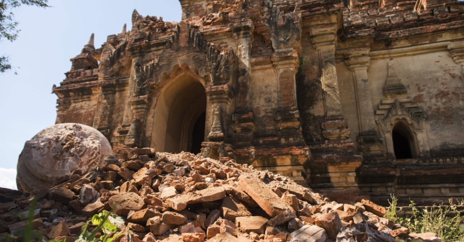 25.ago.2016 - O templo Myauk Guni, localizado no sítio arqueológico de Bagan, em Mianmar, ficou danificado após ser atingido por um terremoto. Um terremoto de magnitude 6,8 na escala Richter atingiu o país e danificou quase cem templos centenários da região