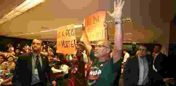 Manifestantes protestaram durante reunião da comissão especial que analisava a PEC - André Dusek/Estadão Conteúdo