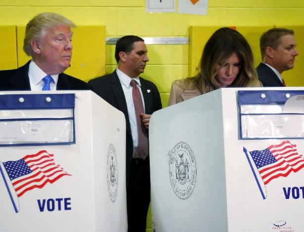 O candidato republicano Donald Trump espia sua esposa Melania, durante votação em Nova York