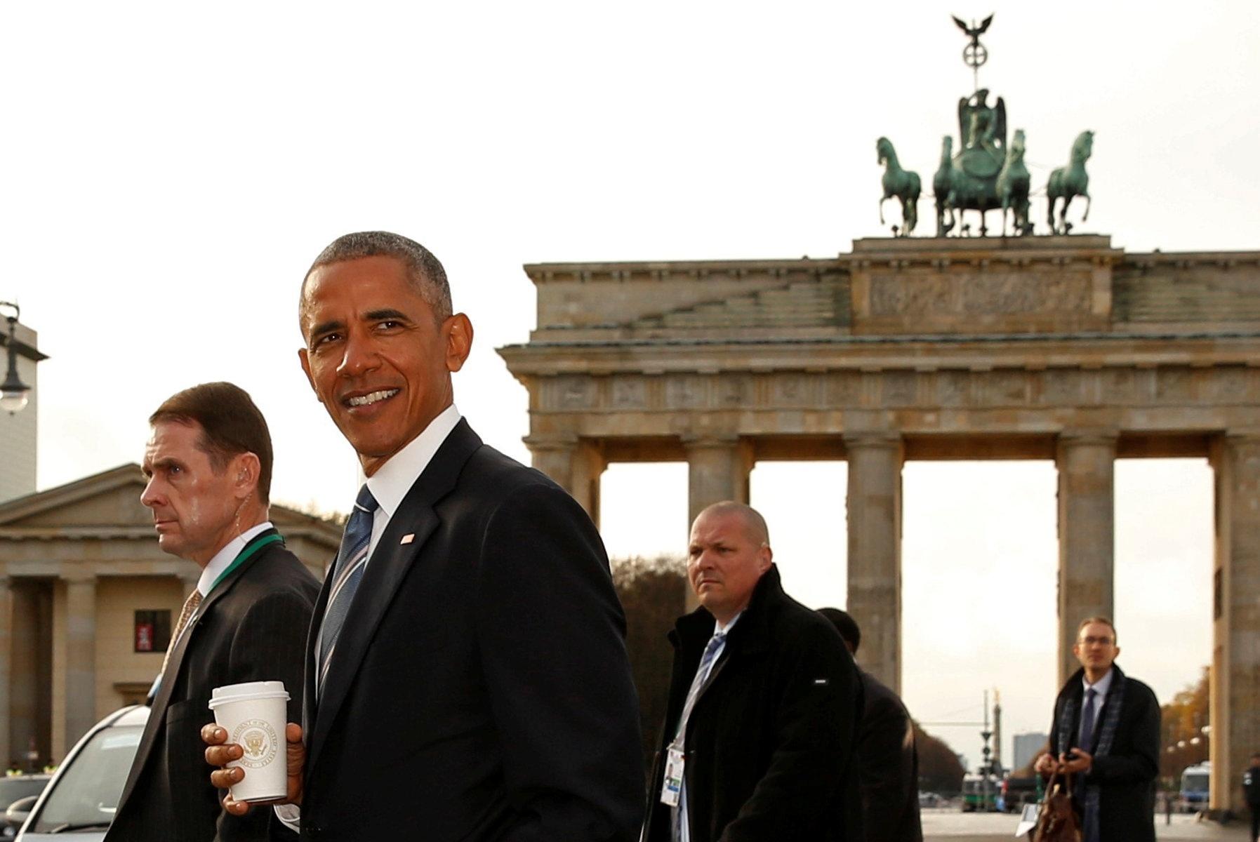 17.nov.2016 - Obama passa em frente ao Portão de Brandenburgo d61e77c170f0f