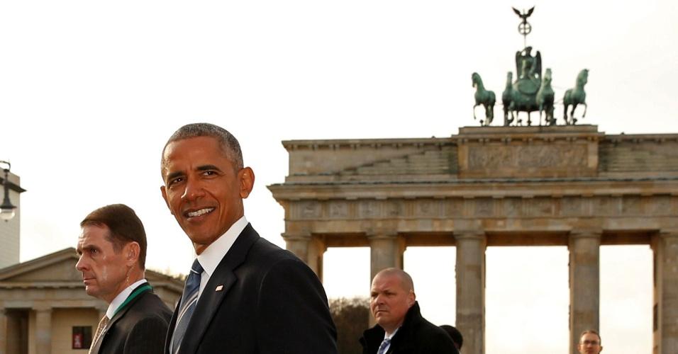 17.nov.2016 - Obama passa em frente ao Portão de Brandenburgo, em Berlim