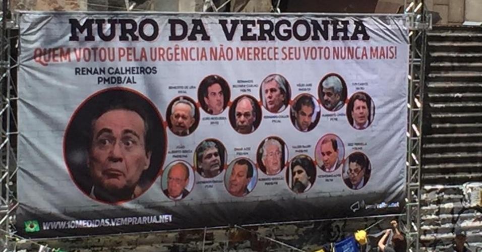 4.dez.2016 - Manifestantes protestam a favor da Operação Lava Jato na avenida Paulista, em São Paulo. Além do pacote anticorrupção e do fim do foro privilegiado, o protesto pede a saída do presidente do Senado, Renan Calheiros