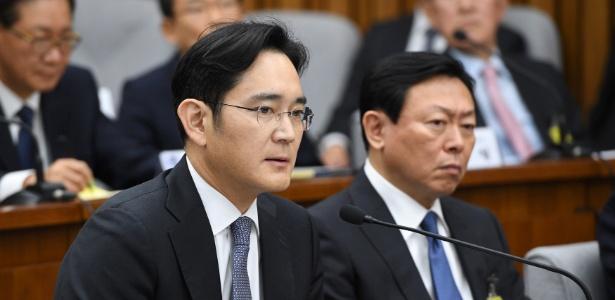 O vice-presidente da Samsung Electronics e líder de fato do conglomerado, Lee Jae-yong (esq.), é interrogado na Assembleia Nacional, em Seul